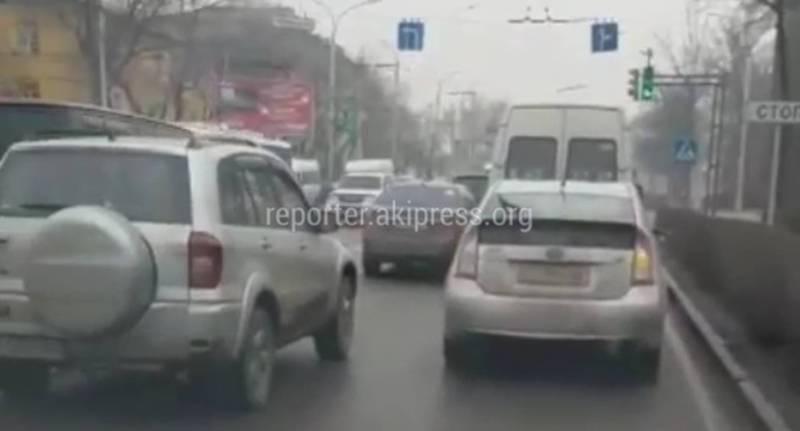 На Ч.Айтматова-Горького машины едут в три ряда