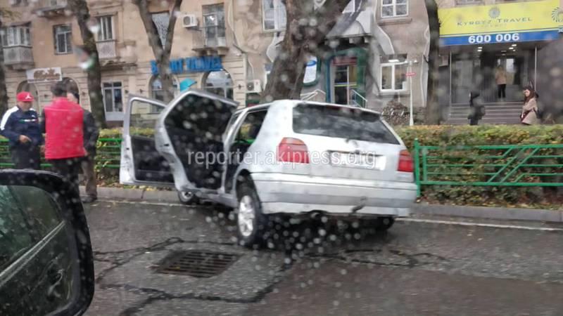 Автомашина врезалась в ограждение у Белого дома в Бишкеке