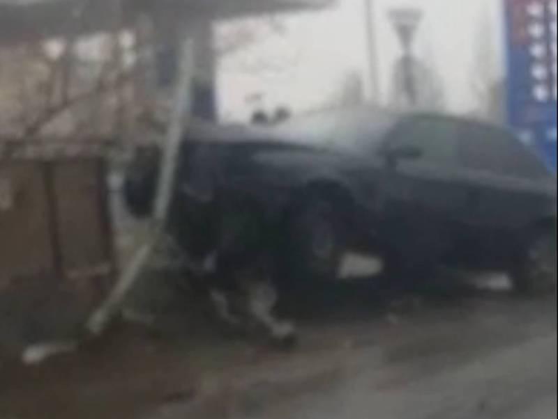 На Чуй-Ауэзова водитель «Ауди» врезался в железное ограждение моста (видео)