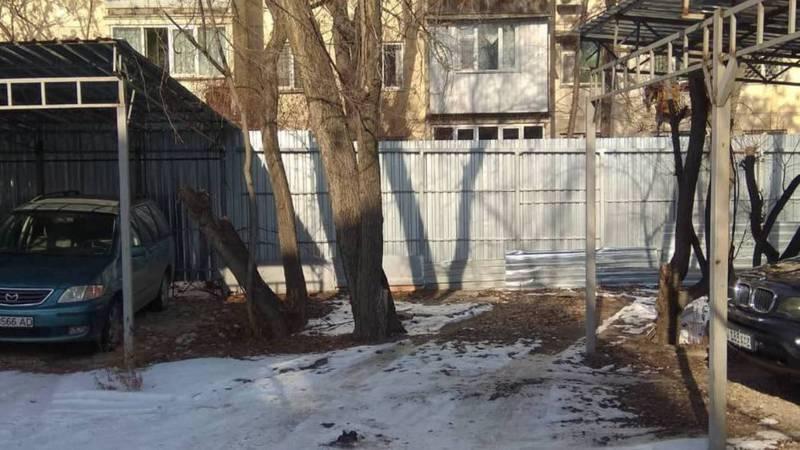 В 5 мкр возле дома №32 устроили самовольную стоянку и установили забор, - житель