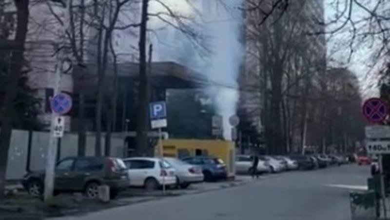 В Бишкеке дымит трансформатор БЦ «Россия»