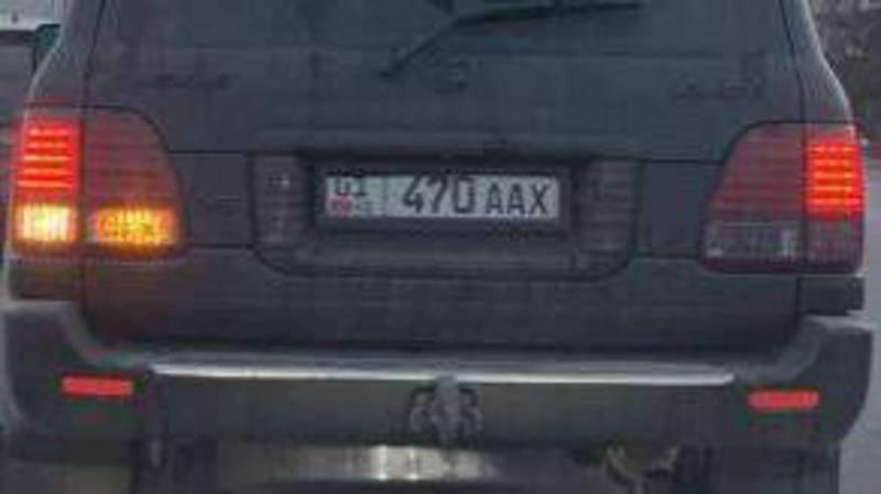 Водитель «Лексуса» установил электронную шторку, скрывающую номер. Фото