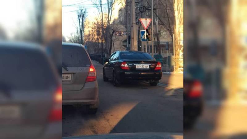 На Токтогула-Суюмбаева водитель припарковал машину на проезжей части дороги