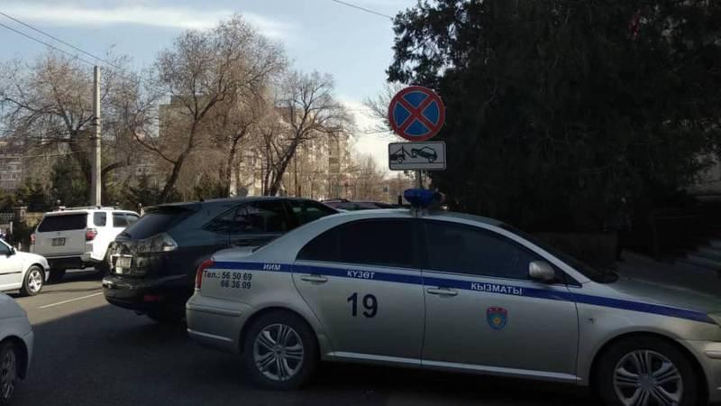 Возле поликлиники МВД по ул.Московской водители снова паркуются по запрещающим знаком. Фото