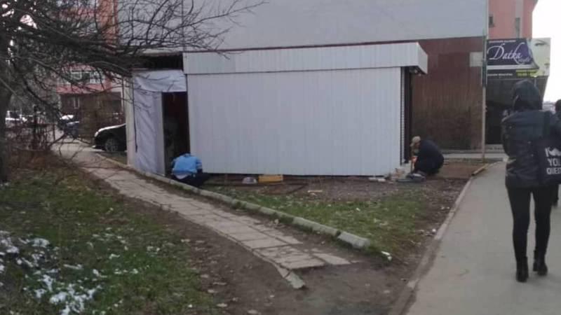 Законно ли установили павильон на газоне возле дома №4 в Верхнем Джале?