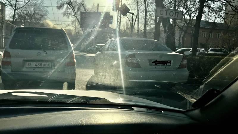 На Московской-Уметалиева водители паркуются на проезжей части дороги. Фото