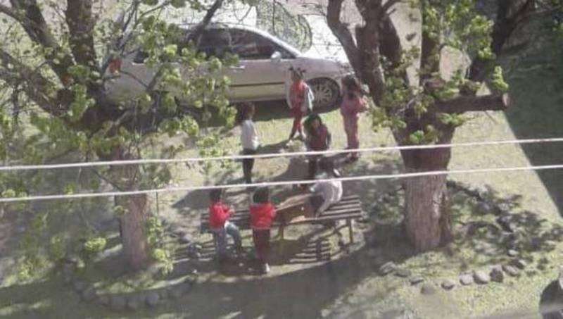 В Жалал-Абаде дети играют во дворе во время режима ЧП. Фото