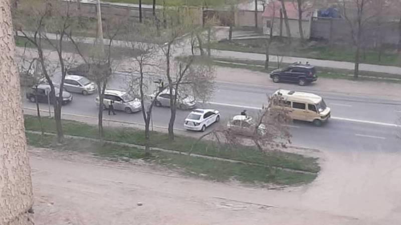 В мкр Тунгуч сотрудники патрульной милиции проверяют машины, - очевидец