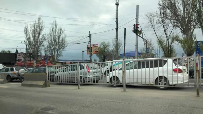 Возле Аламединского рынка пробки из-за проверок на посту