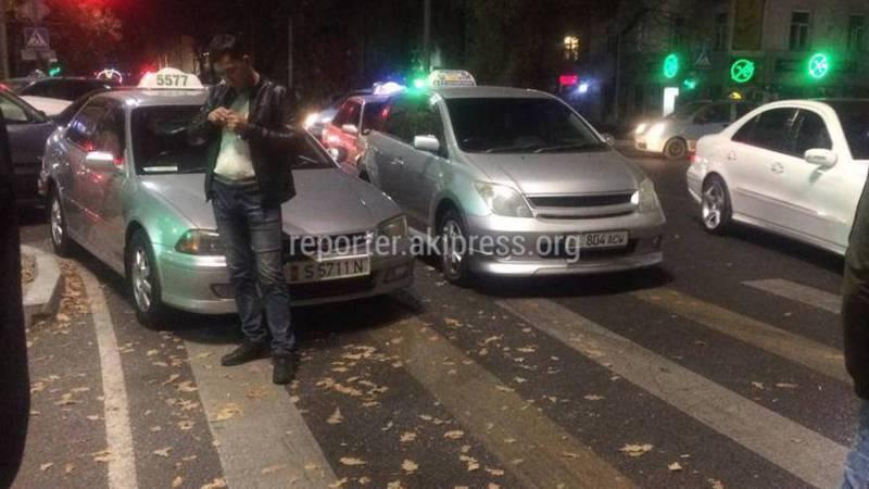 На Чуй-Турусбекова машины паркуются на пешеходном переходе, тротуаре и газоне (фото)