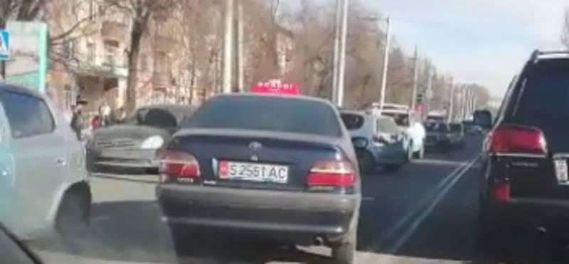 На ул.Ахунбаева таксист нагло выехал на встречную полосу, - житель (видео)