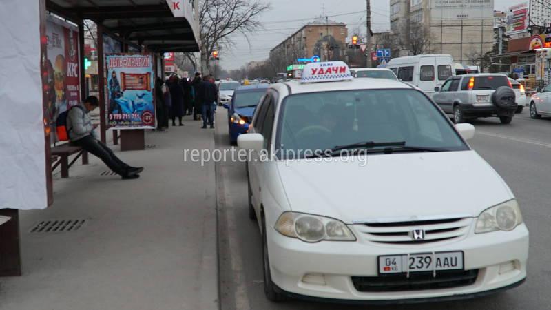 В Бишкеке на Юнусалиева-Суеркулова водители паркуются на остановке, - очевидец (фото и видео)