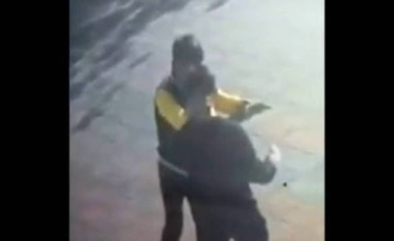 Драка двух парней возле автомойки в городе Ош попала на видео