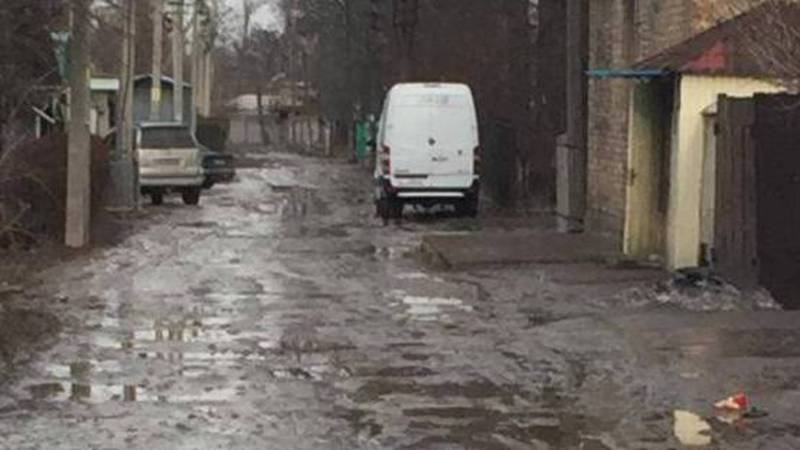 Переулок Карагайский утопает в грязи. Видео