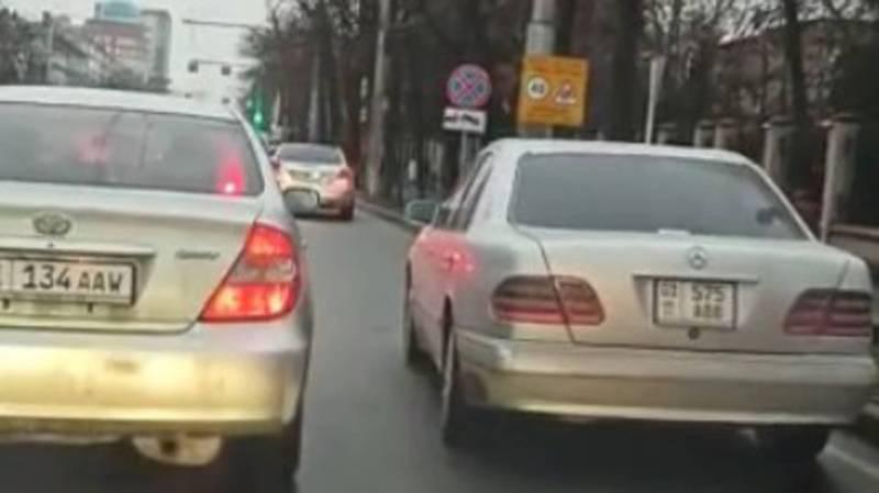 На Манаса-Ахунбаева машины паркуются на обочине дороги. Видео