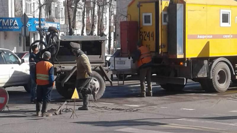 Люк на Ахунбаева-Токтоналиева закрыт крышкой. Фото