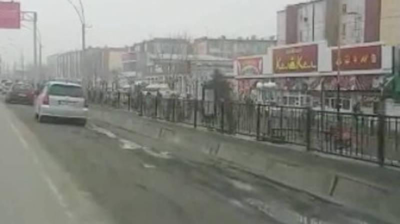 На ул.Осмонова в Оше обочина дороги не заасфальтирована. Видео