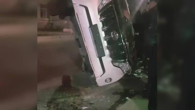 В Бишкеке прохожие поставили на колеса перевернувшуюся на бок «Тойоту». Видео