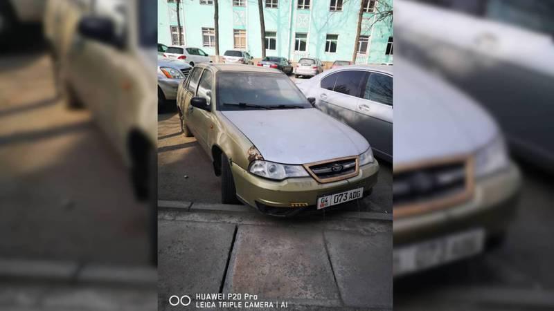 Напротив музыкального училища в Бишкеке более месяца стоит авто. Фото