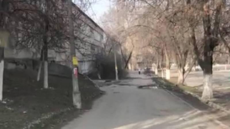 Горожанин: На дороге возле школы №64 в 8 мкр необходимо провести ямочный ремонт