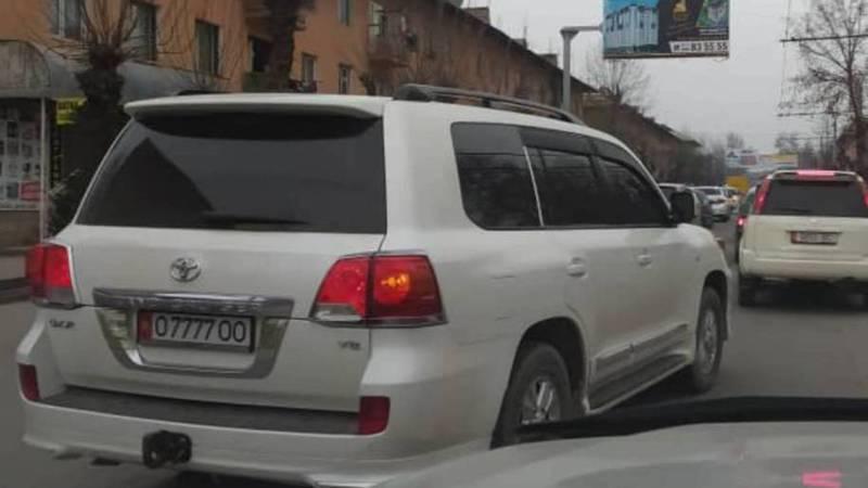 По улице Курманжан Датки в Оше едет тонированная «Тойота» с «крутыми» номерами. Фото