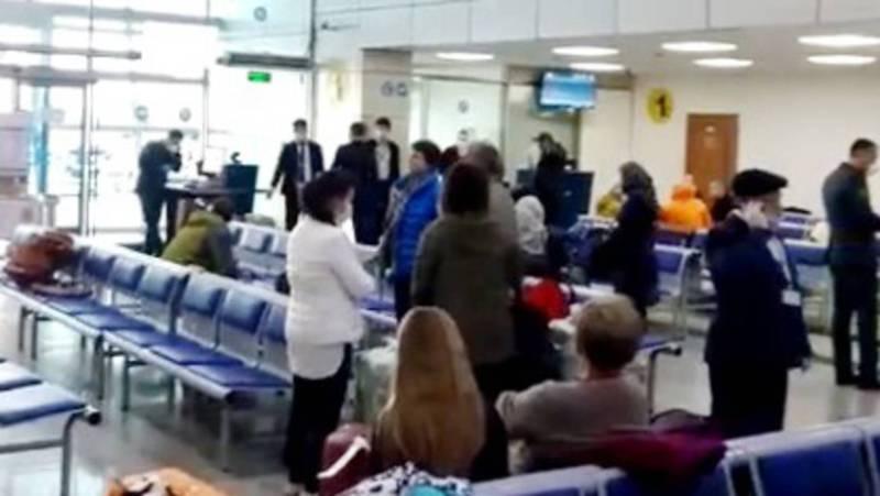 Кыргызстанцы, прилетевшие из Индии, находятся в транзитной зоне в аэропорту Алматы. Видео