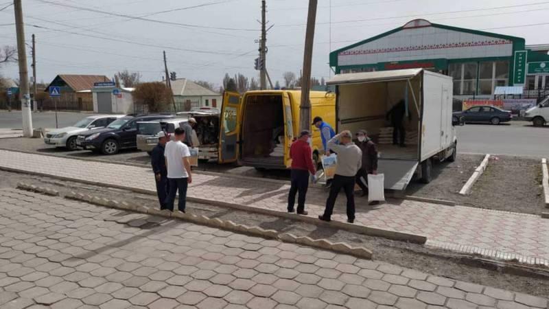 Житель Балыкчы купил 700 нуждающимся семьям продукты и подарил 10 тыс. масок. Фото