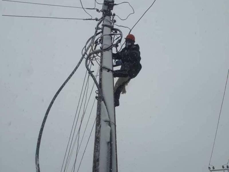 В связи с налипанием мокрого снега на проводах в Ак-Орго прервано электроснабжение, - «Северэлектро»